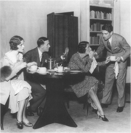 A scene from a 1940 production of Private Lives starring Gertrude Lawrence as Amanda, Coward as Elyot, Adrienne Allen as Sibyl, and Lawrence Olivier as Victor