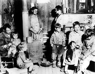an analysis of the families during the great depression of the 1930s The great depression: workers lost their jobs, and families fell into the struggle intensified during the 1930s as agricultural workers suffered.