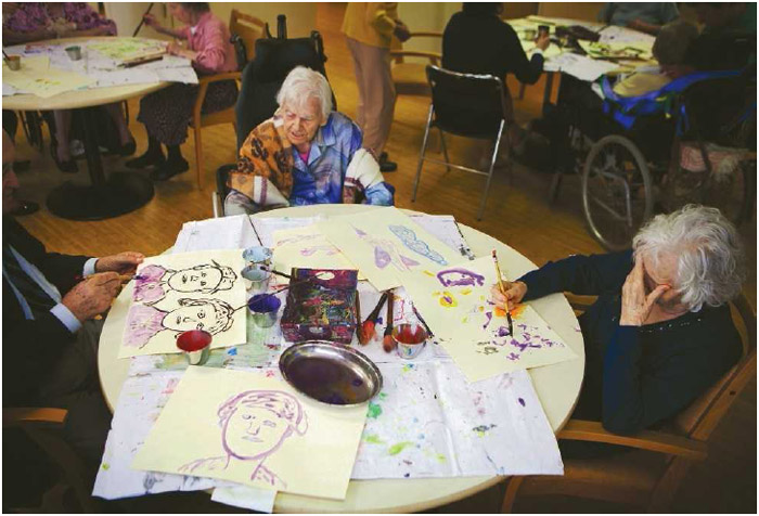 This retirement home houses people suffering from Alzheimer's disease and related dementia. The art therapy workshops are run by Mr. Sari, a painter and art therapist.