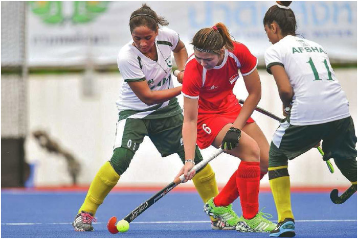 Tiffany Ong Zi Ting of Singapore maneuvers around two Pakistan players during the fourth Women's Asian Hockey Federation Cup in Pathum Thani, Thailand, October 2016.