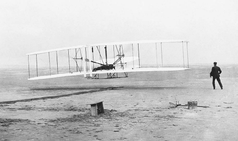 Wright brothers first flight. Kitty Hawk, North Carolina. December 17, 1903. THE LIBRARY OF CONGRESS.