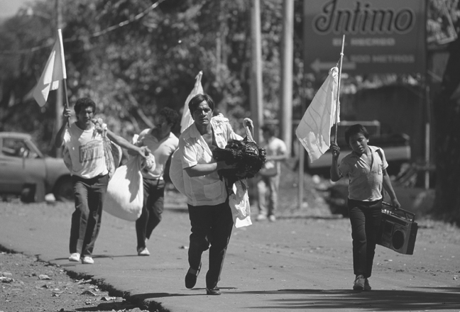 Civilians running from clashes between FMLN guerillas and the Salvadoran Army in San Miguel, El Salvador, 18 November 1989. Patrick (ChauvelSygmaCorbis)