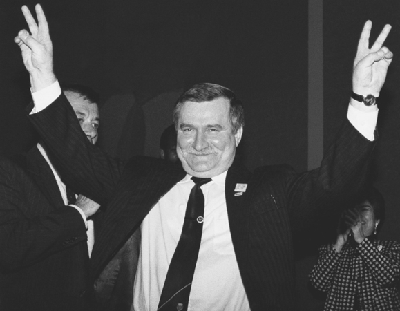 Polish Solidarity leader Lech Waeesa gives the peace sign during a visit to Washington, D.C., on 15 November 1989. (ReutersCorbis)