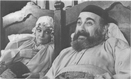 A scene from a 1971 Broadway production featuring Peg Murray as Golde and Paul Lipson as Tevye