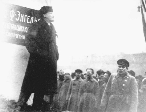 Vladimir Lenin gives a speech at the unveiling of a monument to Karl Marx in Moscow, 6 December 1921. © BETTMANN/CORBIS