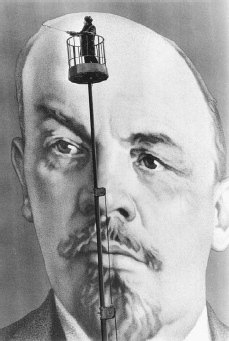 A painter touches up a mural of Lenin in preparation for the 60th anniversary of the Bolshevik Revolution, Moscow, November 1977. © ALAIN NOGUES/CORBIS SYGMA