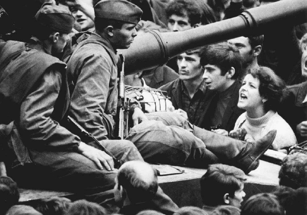 Czech students confront soldiers who have entered Prague to restore Soviet control, August 1968. © BETTMANN/CORBIS