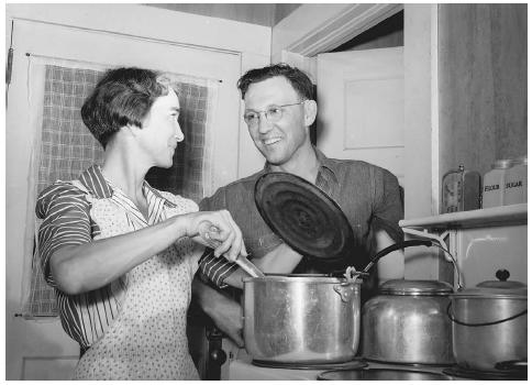 A young couple in Lauderdale county, Alabama, prepares dinner on an electric stove in 1942 after the TVA provided electricity to the area.  LIBRARY OF CONGRESS, PRINTS & PHOTOGRAPHS DIVISION, FSA/OWI COLLECTION