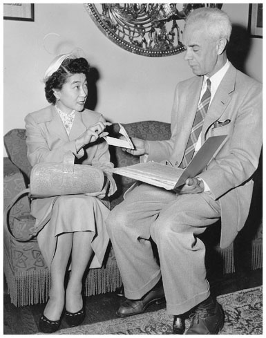 San Francisco attorney Wayne Collins worked diligently to preserve Japanese American civil liberties. Here he assists Iva Toguri DAquino. (AP Photo)