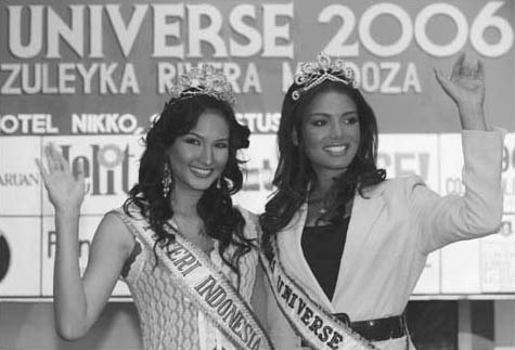 Miss Universe 2006 and Miss Indonesia 2005. Miss Universe 2006 Zuleyka Rivera Mendoza (R) of Puerto Rico and Miss Indonesia 2005 Nadine Chandrawinata pose for photographers.
