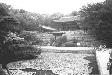 Courtyard and pond at the Changdokkung (Changdok Palace) in Seoul. In 1405 King Taejong,