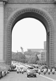Triumphal Arch, Pyongyang. This is a photograph of the Kim Jong-Il and Kim Dae-Jung motorcade upon arrival in Pyongyang, the capital of North Korea, in June 2000.