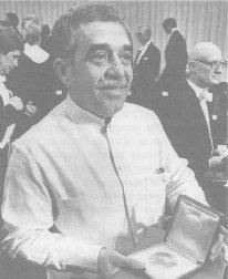Gabriel García Mdrquez holding the Nobel Prize.