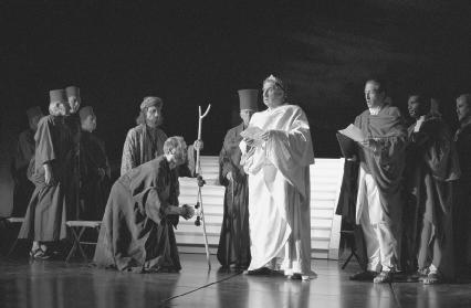 Paul Bentall as the Cobbler, Lionel Guyett as the Soothsayer, and Christopher Benjamin as Caesar in Act I, scene ii, at the Barbican Theatre, London, 1996
