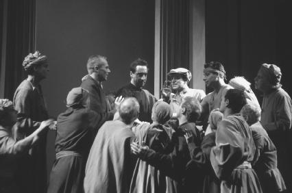 Jonathan Hyde as Brutus with mob in Act III, scene ii, at the Royal Shakespeare Theatre, Stratford-upon-Avon, 1991