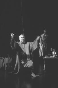 Jonh Nettles as Marcus Brutus with Christopher Benjamin as the ghost of Caesar, in Act IV, scene iii, at the Royal Shakespeare Theatre, 1995